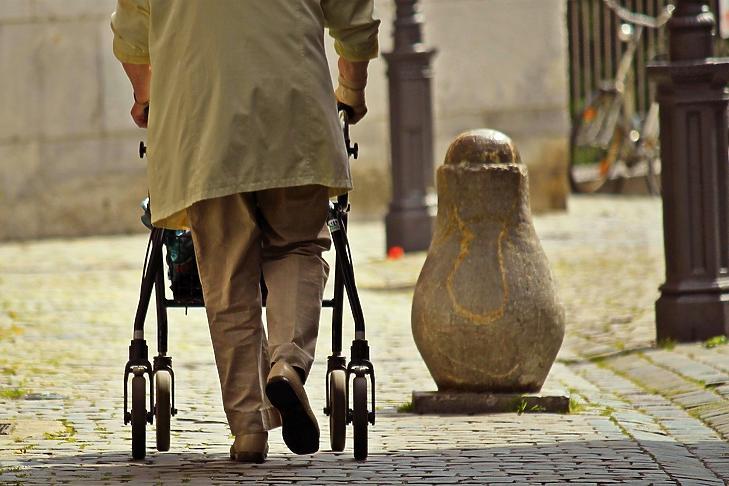 A rendszeres nyugdíj felzárkóztatása még jobb megoldás lenne. Fotó: MTI