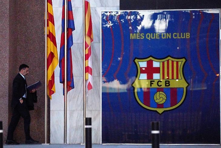 Bartomeu távozik a klub igazgatósági üléséről 2020. októberében. Fotó: EPA/Alejandro Garcia