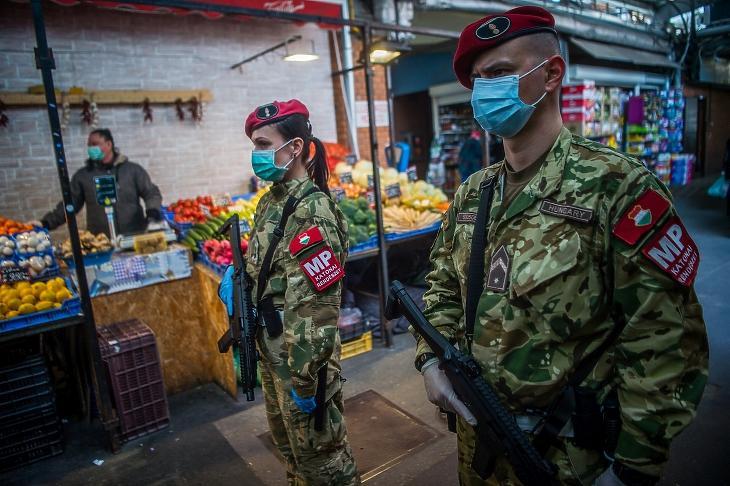 Katonai rendészek járőröznek a Bosnyák téri piacon. Fotó: MTI/Balogh Zoltán