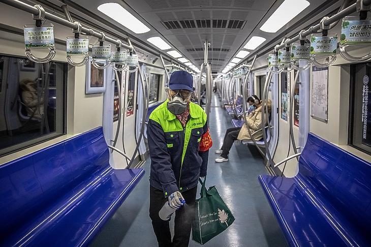 Peking, 2020. február 10. Metrókocsit fertőtlenít egy védőmaszkos dolgozó Pekingben 2020. február 10-én. (Fotó: MTI/EPA/Roman Pilipej)