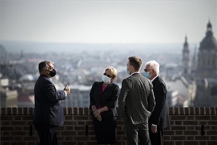 Orbán Viktor kormányfő (b) fogadja Kincses Gyulát, a Magyar Orvosi Kamara elnökét (j), valamint Álmos Péter Zoltánt (j2), és Lénárd Ritát, a Magyar Orvosi Kamara alelnökeit a Karmelita kolostor teraszán 2020. október 3-án. MTI/Miniszterelnöki Sajtóiroda/Benko Vivien Cher