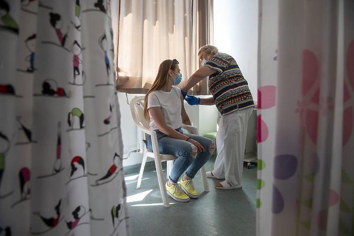Egy nő megkapja a kínai Sinopharm koronavírus elleni vakcina második adagját a hatvani Albert Schweitzer Kórház-Rendelőintézet oltópontján 2021. június 15-én. MTI/Komka Péter