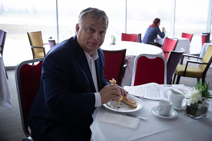 Orbán Viktor múlt héten Eszéken evett egy jót. (Forrás: Orbán Viktor Facebook-oldala)