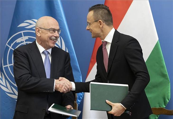 Vlagyimir Voronkov, az ENSZ főtitkárhelyettese (b) és Szijjártó Péter kezet fog a Külgazdasági és Külügyminisztérium (KKM) és az ENSZ terrorizmus elleni hivatalának közös rendezvényén a KKM-ben 2019. november 7-én. (MTI/Mohai Balázs)