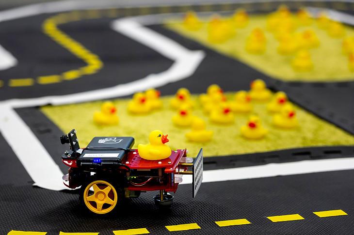 Robot kanyarodik a PIA-projekt duckietown pályáján. (Fotó: Continental)