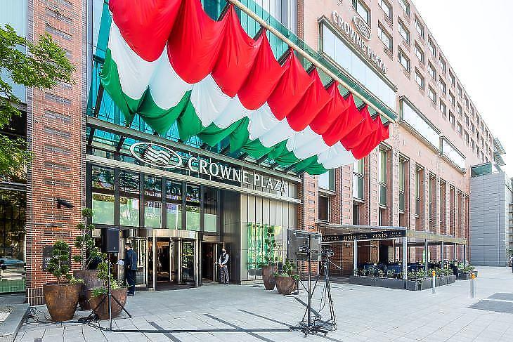 A Crowne Plaza Budapest hotel bejárata (fotó: IHG Hotels & Resorts)