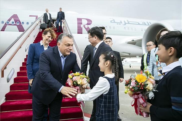 Orban Viktor és felesége, Lévai Anikó a sanghaji repülőtérre érkezik 2018. november 4-én. (MTI/Hszinhua)