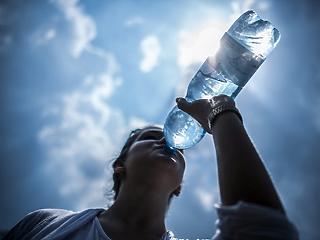 Drasztikusan visszaesett az ásványvíz, a gyümölcslé és az üdítőital forgalom, amikor megjelent az országban a koronavírus