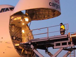 A katasztrófák és a tilalmak miatt zuhanórepülésben a Boeing