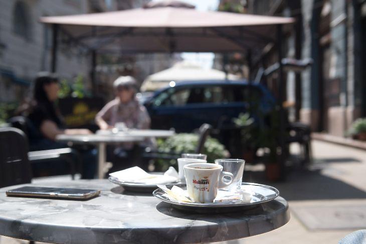 Vendégek egy kávézó teraszán a Ráday utcában (Fotó: MTI/Koszticsák Szilárd)