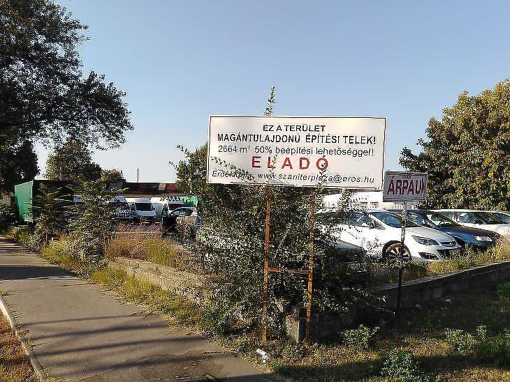 Több lepusztult telephelyen ideiglenes parkoló működik a kőbányai Gyárdűlőn (fotó: Mester Nándor)