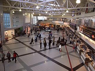 Vizsgálat indul a reptér utasfelvételi gyakorlata miatt