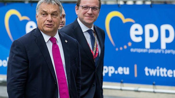 Orbán Viktor és Várhelyi Olivér. (MTI)