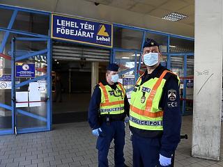 Fóliába tekert kártyaleolvasók, trafikajtóba vágott nyílások - így védekeznek a kereskedők a koronavírus ellen