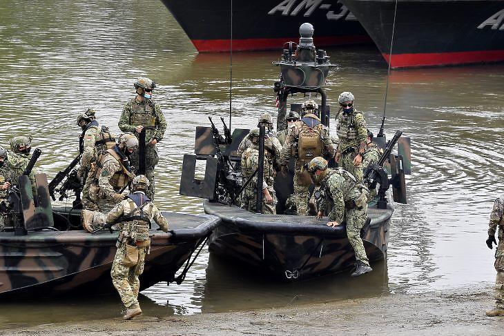 Amerikai hadihajók fegyverzetével ismerkedő magyar katonák (fotó: MTI)
