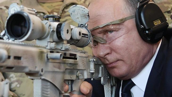 Vlagyimir Putyin mesterlövész-puskával lő. Illusztráció. (Fotó: AFP)