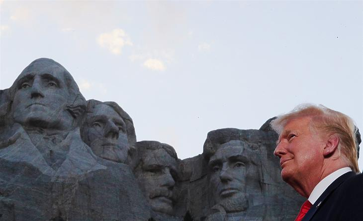 Donald Trump pénteken, a dél-dakotai Mount Rushmore mellett. Fotó: Reuters