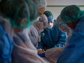 Újabb csúcson a lélegeztetőgépen tartottak száma - három napja ezer fölött az új fertőzött