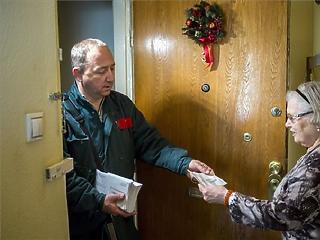 Már iramodik is a postás a választási Erzsébet-utalványokkal!