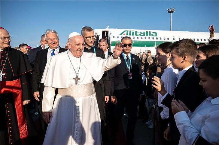 Ferenc pápa vasárnap reggel érkezett a budapesti repülőtérre (Fotó: MTI)