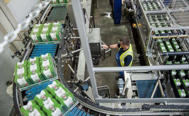 Dolgozó a Heineken soproni gyárában. (MTI Fotó: Krizsán Csaba)