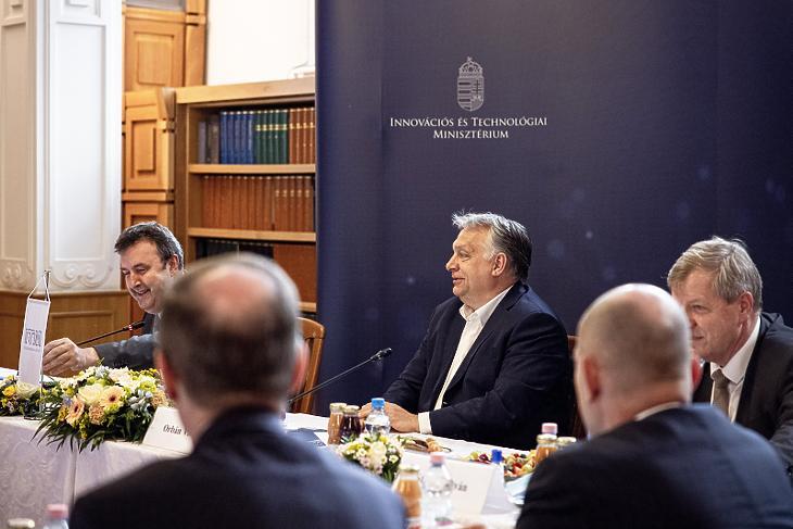 Orbán Viktor és Palkovics László a modellváltó egyetemeket fenntartó 21 alapítvány kuratóriumi elnökeivel (Fotó: MTI/Miniszterelnöki Sajtóiroda/Fischer Zoltán)