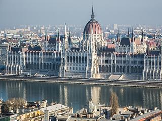 Tőzsdeguru, ingatlankirálynők és földesurak a magyar parlamentben - A hét videója