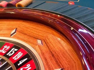 Újabb könnyítést kaptak a kaszinók, turisztikai cégek