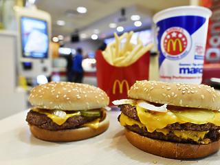 A McDonald's kidobja a mesterséges összetevőket a burgereiből
