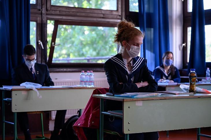 Érettségiző diákok a székesfehérvári Tóparti Gimnázium és Művészeti Szakgimnáziumban 2020. május 6-án. MTI/Vasvári Tamás