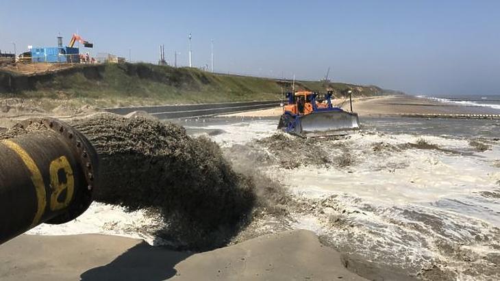 Folyik a sandscaping, a homokdűne-építés a norfolki partvidéken. (Forrás: BBC)