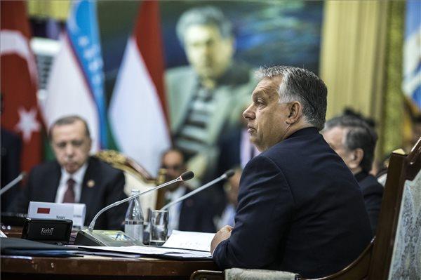 Orbán Viktor felszólal a türk nyelvű államok együttműködési tanácsának VI. ülésén a kirgizisztáni Csolpon-Atában 2018. szeptember 3-án. (Miniszterelnöki Sajtóiroda / Szecsődi Balázs)