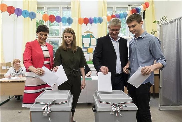 Dobrev Klára (b1), Gyurcsány Ferenc (j2) és gyermekeik az EP-szavazáson