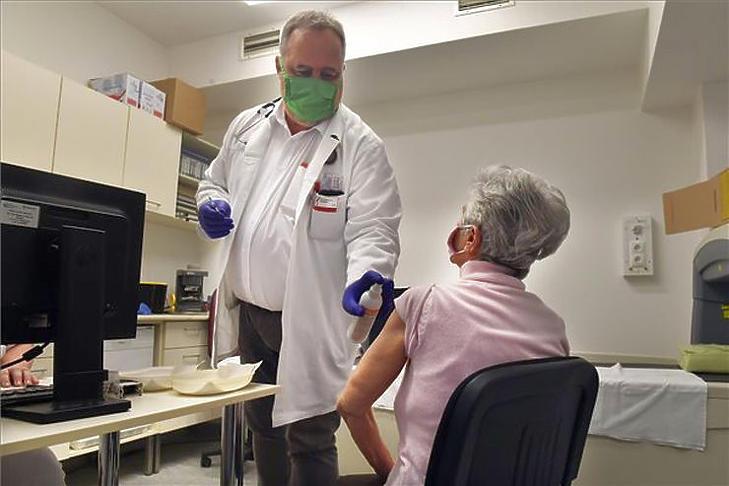 Szepesvári Szabolcs, a Kiskunhalasi Semmelweis Kórház igazgatója beolt egy pácienst a Pfizer-BioNtech koronavírus elleni vakcinájával a kórház egyik oltópontján 2021. március 7-én. (Fotó: MTI/Máthé Zoltán)