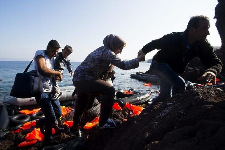 Menekültek ékeznek Törökországból gumicsónakon a görög Leszbosz szigetére Mithimna közelében 2015. október 4-én. MTI Fotó: Balogh Zoltán