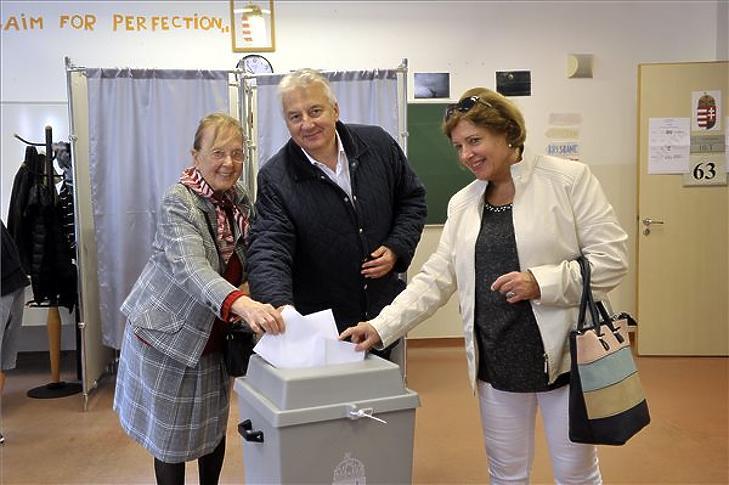 Semjén Zsolt édesanyja, Semjén Miklósné (b) és felesége, Semjénné Menus Gabriella leadja szavazatát az önkormányzati választáson a II. kerületi II. Rákóczi Ferenc Gimnáziumban a 63-as számú szavazókörben 2019. október 13-án. MTI/Kovács Attila