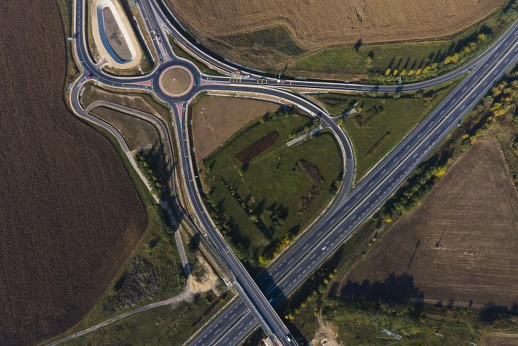 Az M76-os autóút (b) és az M7-es autópálya Holládi csomópontja 2020. október 22-én az M76-os autóút első szakaszának átadásakor. MTI/Varga György
