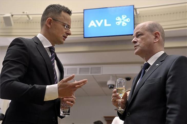 Szijjártó Péter (b) és Dirk Janetzko, az AVL Autókut Mérnöki Kft. ügyvezető igazgatója a cég beruházását bejelentő sajtótájékoztatón a minisztériumban 2018. november 20-án. (Fotó: MTI/Kovács Attila)