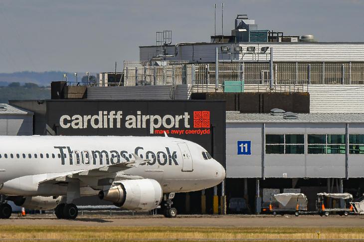 Egy Thomas Cook-gép gurul a Cardiff Wales repülőtéren. (Forrás: Depositphotos)
