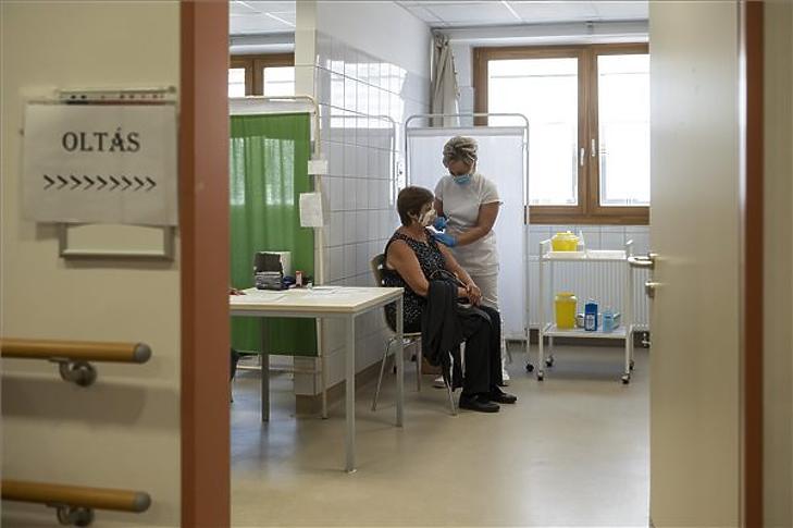 Egy nő megkapja a német-amerikai fejlesztésű Pfizer-BioNTech koronavírus elleni oltóanyag, a Comirnaty-vakcina harmadik, emlékeztető adagját a balassagyarmati Dr. Kenessey Albert Kórház oltópontján 2021. szeptember 7-én. (Fotó: MTI/Komka Péter)