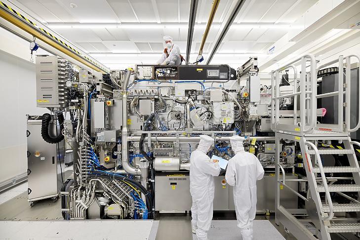 Az ASML extrém ultraibolya fénnyel működő gépezete. (Fotó: Bart van Overbeeke Fotografie/ASML Holding NV)