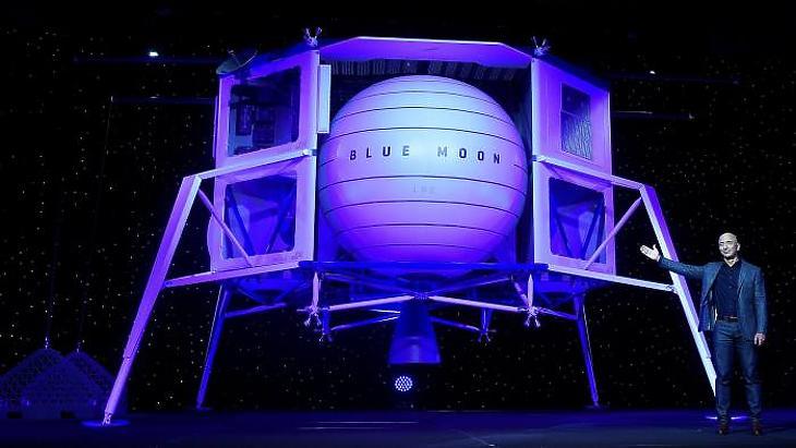 Jeff Bezos bemutatja a Blue Moon makettjét. (Fotó: Reuters)