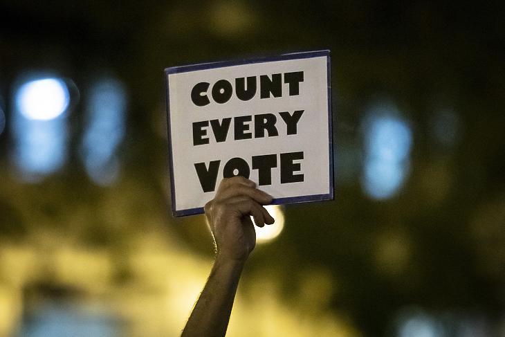 Tüntető emeli magasba a táblát Amerikában: Minden szavazatot számoljanak meg! (Fotó: MTI/AP/Chicago Sun-Times/Ashlee Rezin Garcia)