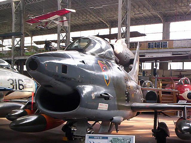 A hangárban az első vagy a második világháborúban, illetve az utána használt harci repülőgépeket állították ki.