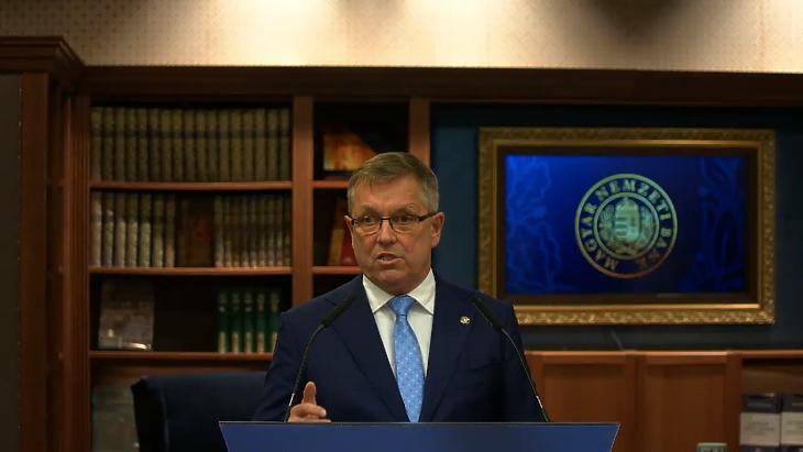 Matolcsy György jegybankelnök online sajtótájékoztatója a Monetáris Tanács április 7-i ülését követően. (Forrás: az MNB élő YouTube-os közvetítése)