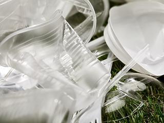 Meggondolta magát a kormány: váratlanul visszavonták a műanyagok betiltásáról szóló javaslatot