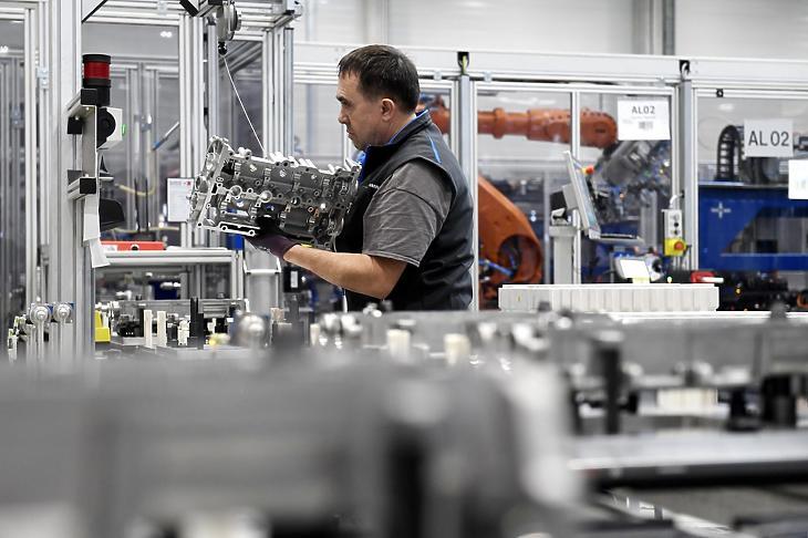 Dolgozó a Thyssenkrupp jászfényszarui gyárában. Illusztráció. (Fotó: MTI / Koszticsák Szilárd)