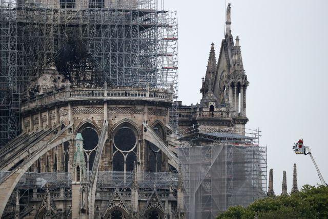 A leégett Notre-Dame-székesegyház Párizsban, 2019. április 16-án reggel. (Fotó: EPA/IAN LANGSDON)