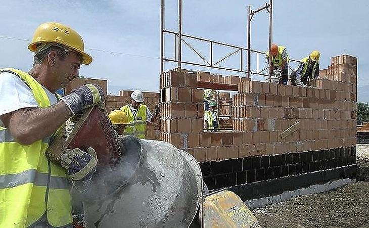A lakásépítők biztos nem panaszkodnak, de árat emelni ők is fognak (fotó: MTI)