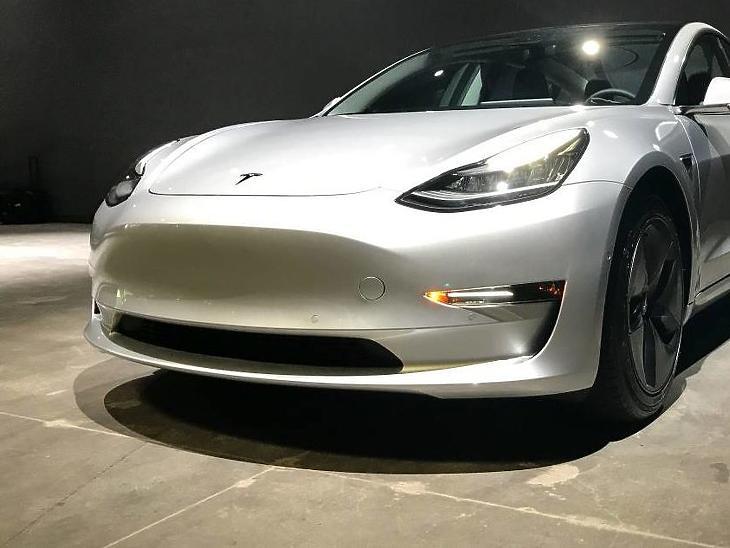 Egy Tesla Model 3.